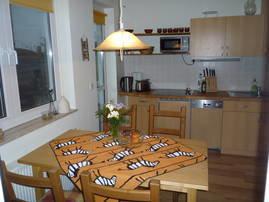 Küchenzeile mit Ceranfeld / Kühlschrank / Spülautomat und Esstisch