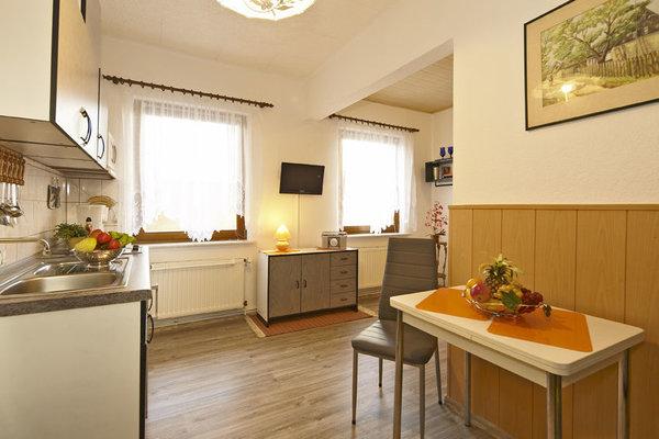 Im Eingangsbereich befindet sich die Küche, mit Esstisch und Stühle  und offenem  Übergang in den  Wohnbereich