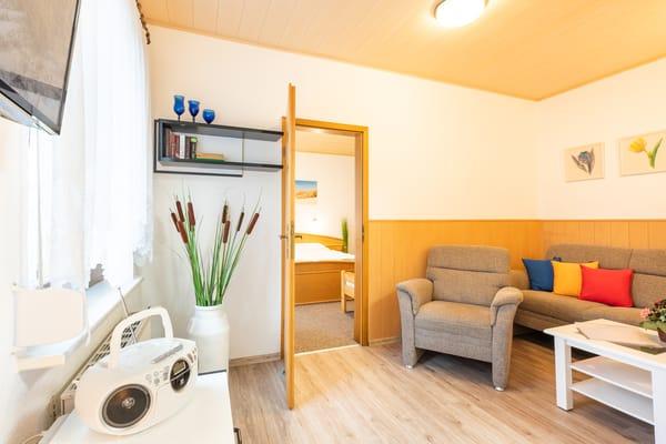 Blick vom  Wohnbereich in das Schlafzimmer