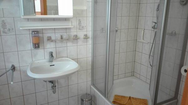 Ein  Duschbad mit WC und Tageslicht.  Einweg -Zahnbecher, Seife, Reinigungsmittel uvm.
