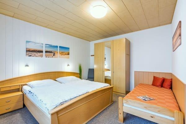 Das Schlafzimmer mit  Doppelbett  ( 180x200 ) und 1 Einzelbett ( 90x200 ), Kleiderschrank