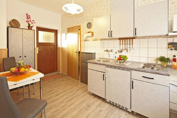 Der Essbereich in der  Küche, mit  Blick zum Ausgang, ebenerdig zum Garten