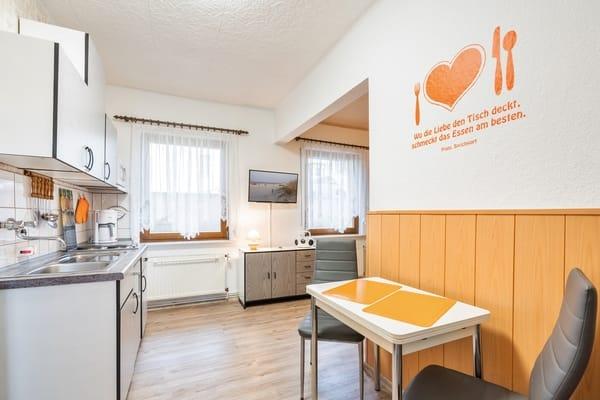Im Eingangsbereich zur Küche mit Essecke