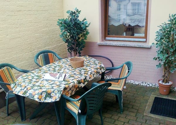 Die Terrasse, kleine Sitzecke neben FeWo 1 und 3.