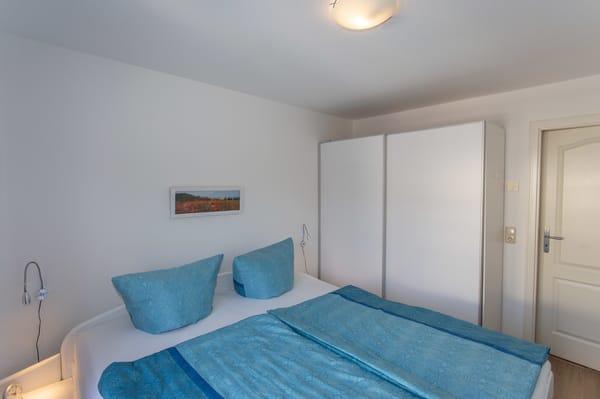 Schlafzimmer - Bett, auf Wunsch mit Encasing-Bezügen