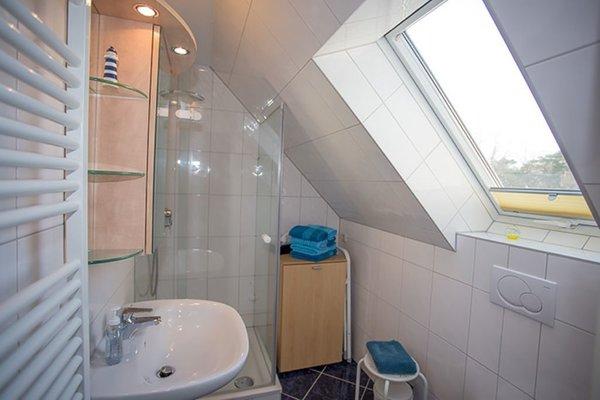 Bad mit Dusche und Fenster