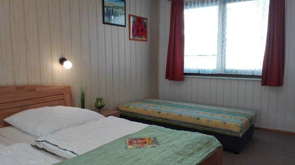 im Schlafzimmer mit Doppelbett und Schlfcouch
