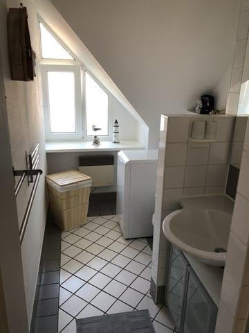 Badezimmer mit Dusche (Waschmaschine)
