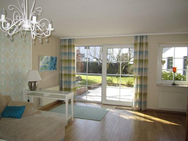 Wohnzimmer mit Blick zur Terrasse