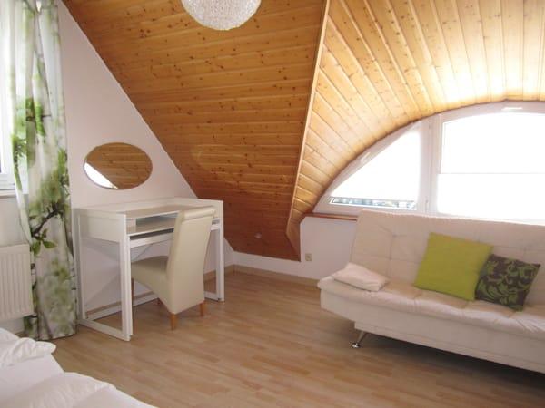 Schlafzimmer links
