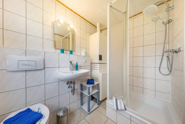 Das Bad ist ausgestattet mit Dusche ...