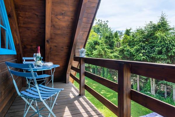 Hier der kleine möblierte Balkon.