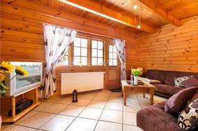 Hier der Blick zum Ausgang zur möblierten Terrasse. WLAN ist im Ferienhaus kostenfrei verfügbar.