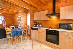 Die Küchenzeile ist komplett ausgestattet (Backofen, Geschirrspüler, Mikrowelle, Kühlschrank etc.).