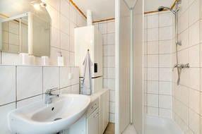 Hier ein Blick in das Bad mit Dusche und WC.