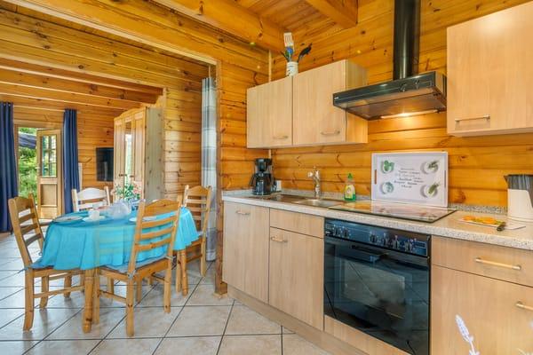 Die Küchenzeile ist komplett ausgestattet (4-Platten-Cerankochfeld, Backofen, Geschirrspüler, Mikrowelle, Kühlgefrierkombination etc.).