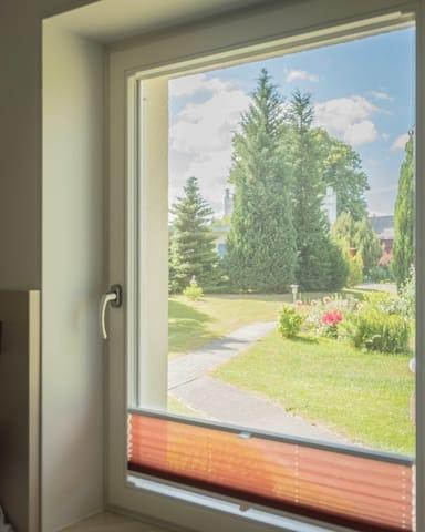 Blick aus dem Küchenfenster Richtung Parkplatz