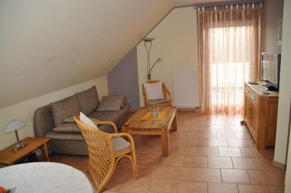Wohnzimmer mit Tür zum Balkon
