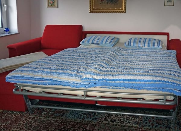 Wohnzimmer / ausgeklappte Schlafcouch (Liegefläche: 170cm x 190cm)
