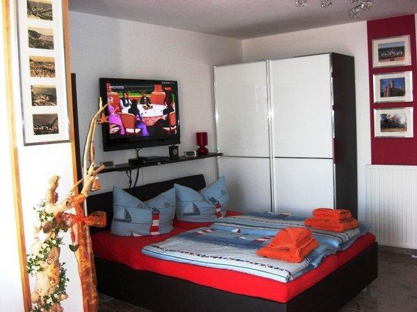 Schlafbereich mit Fernseher Appartement Seeadler