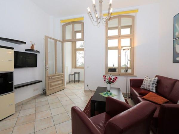 Wohnbereich mit Zugang zur Loggia mit Ostseeblick
