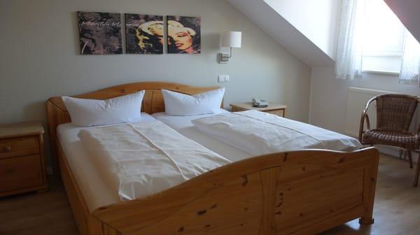 das seperate Schlafzimmer mit großem Kleiderschrank und Kommode