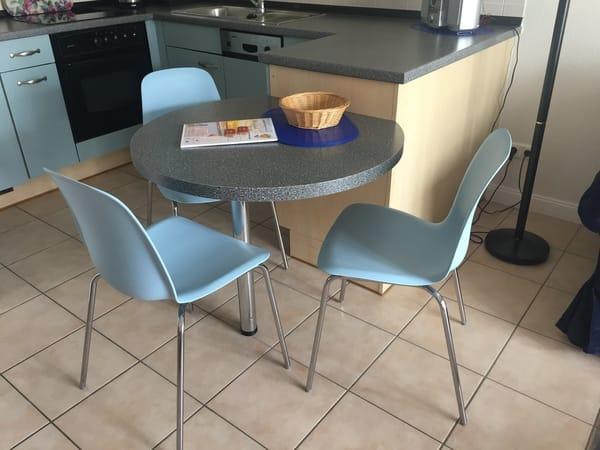 Küche mit Sitzecke (neue Stühle - 4. Stuhl steht im Schlafzimmer)