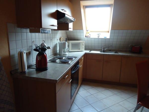 Die integrierte moderne Wohnküche bietet ein umfangreiches Küchenzubehör.