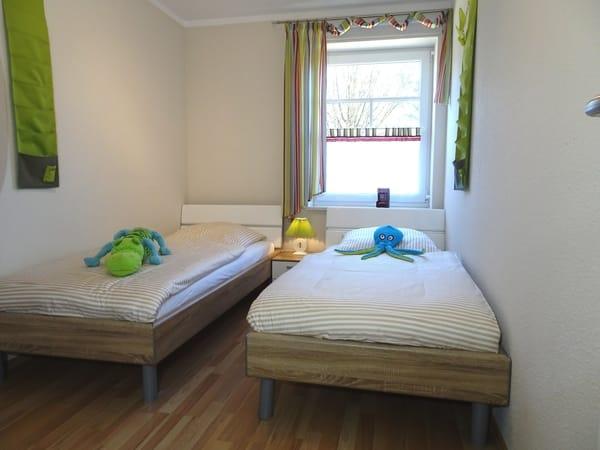 Das zweite Schlafzimmer verfügt über zwei Einzelbetten. Hier können sich Erwachsene oder auch Ihre Kinder wohl fühlen. Für kleine Gäste bietet die Wohnung zusätzliche Extras.