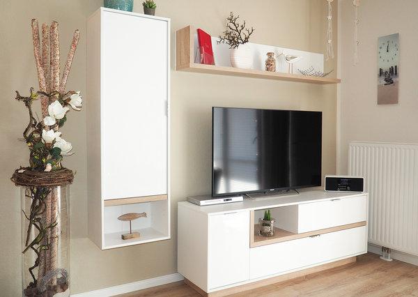 Das neu gestaltete Wohnzimmer mit Großbildfernseher und Internetradio.