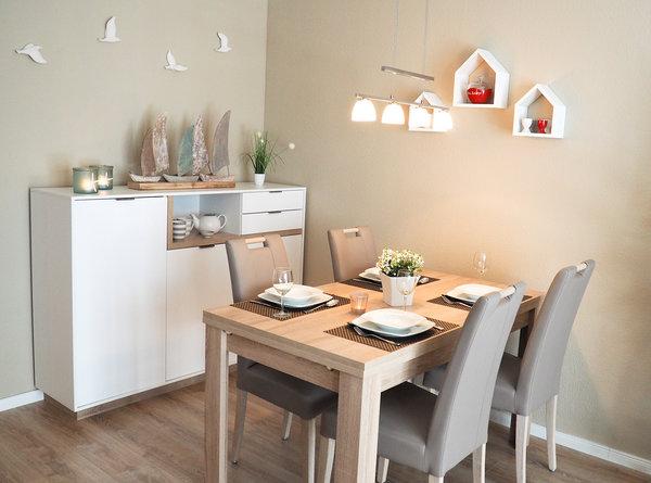 ... nehmen Sie hier Platz. Einfach herrlich, an einem schön gedeckten Tisch zu speisen. Wir wünschen guten Appetit.