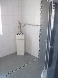 Das modern gestaltete Bad mit Dusche /WC