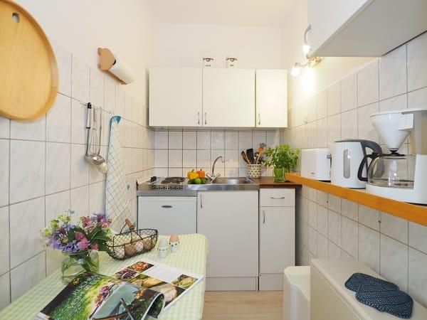 Kleine Küche mit allem was man braucht