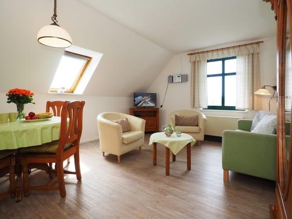 """Licht und hell - das Wohnzimmer in der Wohnung """"Strohboden"""""""