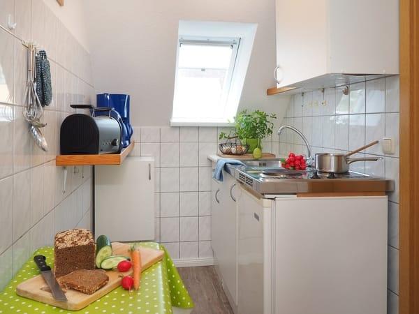 Kleine helle Küche mit allem was man braucht