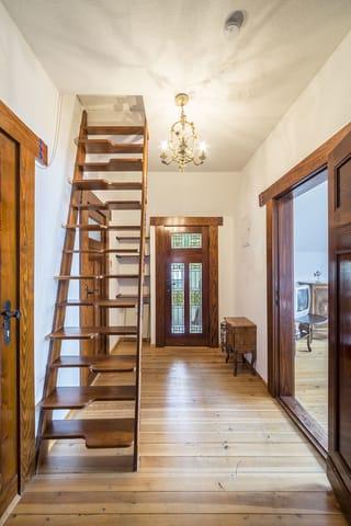 Flur mit Deko-Treppe (nicht begehbar)