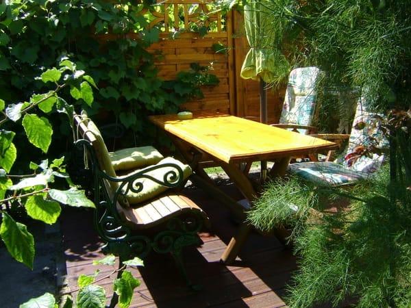 Sitzecke im kleinen Garten
