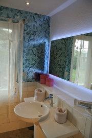 Bad mit Dusche und Waschzeile