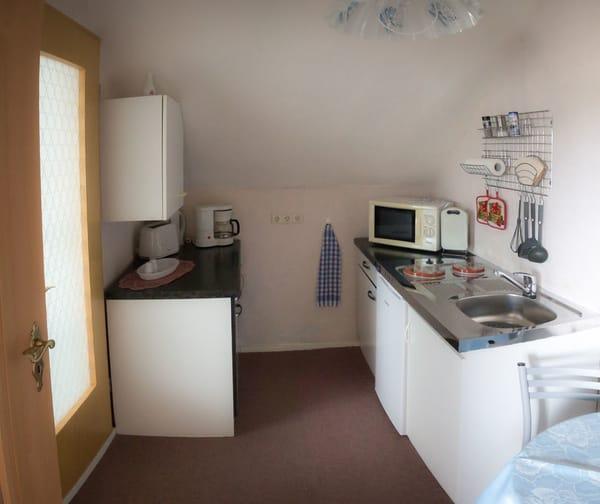 Küche ( Mikrowelle, 2 Kochplatten. Wasserkocher, Kaffeemaschine )