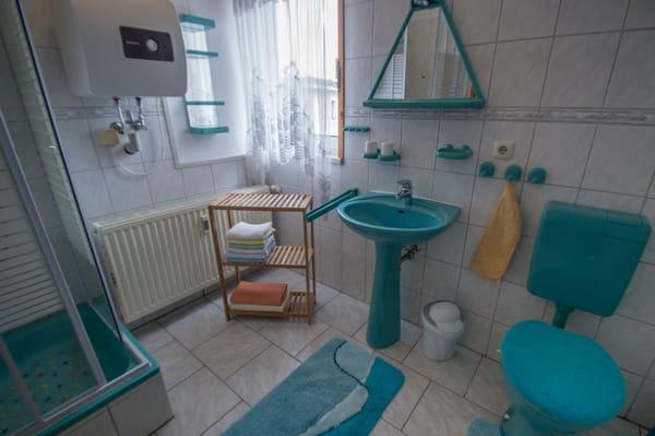 Bad ( mit Dusche )