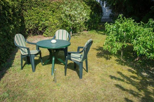 Garten (mit Garnitur zum Essen und entspannen)
