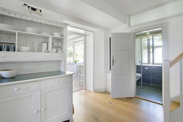 Blick von der Küche ins Bad und in die Veranda
