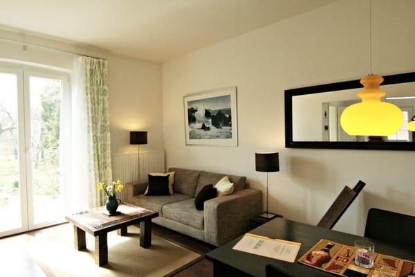 Gemütliches Wohnzimmer mit Terrasse und direktem Zugang zum Garten