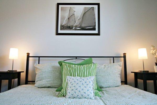 Das Schlafzimmer ist hell und freundlich. Das Bett hat zwei getrennte Matratzen, insg. 180 x 200 cm