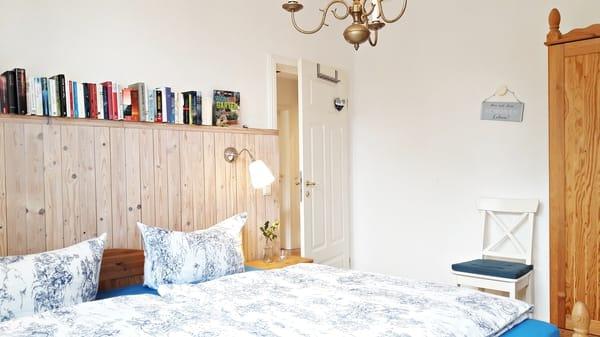 Schlafzimmer mit Kingsize-Bett