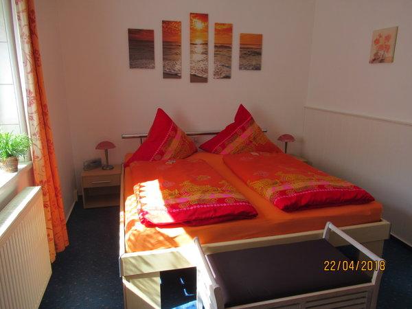 1. Schlafzimmer mit großem Doppelbett