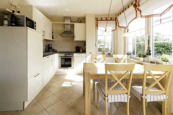 Unsere moderne voll ausgestattete Küche mit hellem Essbereich