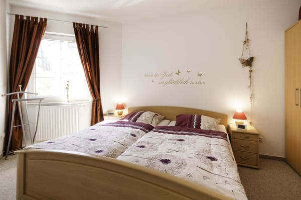 Das Schlafzimmer mit Doppelbett bietet gesunden Schlaf