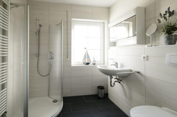 Das Badezimmer mit begehbarer Dusche