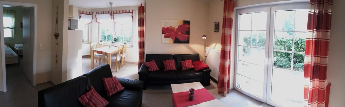 Wohnzimmer + Esszimmer mit Blick auf die Terrasse
